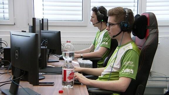 Zwei E-Sportler sitzen vor Computerbildschirmen
