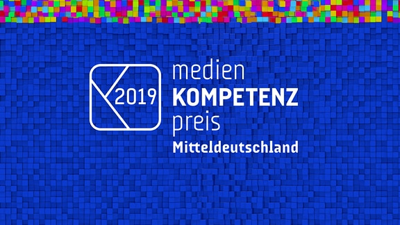 Das Logo des Medienkompetenzpreis Mitteldeutschland 2019 in Weiß auf Würfeln in verschiedenen Farben.