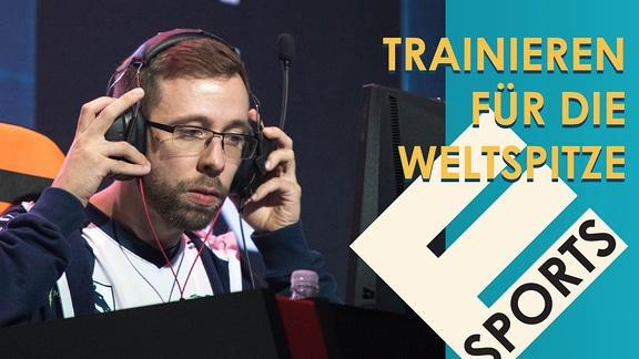 Mann mit Kopfhörern schaut auf Bildschirm. Außerdem Schriftzug des Titel sowie E-Sports
