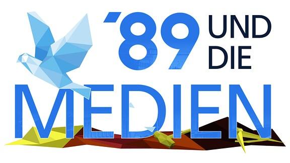 Schriftzug '89 und die Medien. Das Wort Medien steht über einer zertrümmerten DDR-Fahne. Über der Schrift fliegt eine stilisierte Taube.