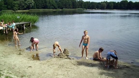Ferienlager-Kinder spielen am Badestrand des Körbaer Teich