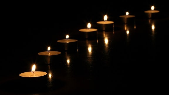 Teelichter in einer Reihe angeordnet