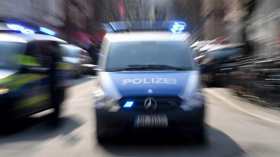 Ein Polizeiwagen mit eingeschalteten Blauchlicht.