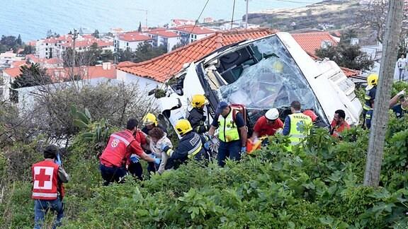 Rettungskräfte bergen Verletzte.