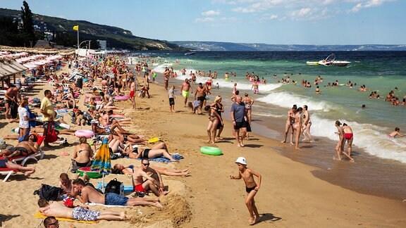 Varna. Der Goldstrand an der Schwarzmeerkueste hat sich zur ultimativen Partymeile fuer Jugendliche aus ganz Europa entwickelt.