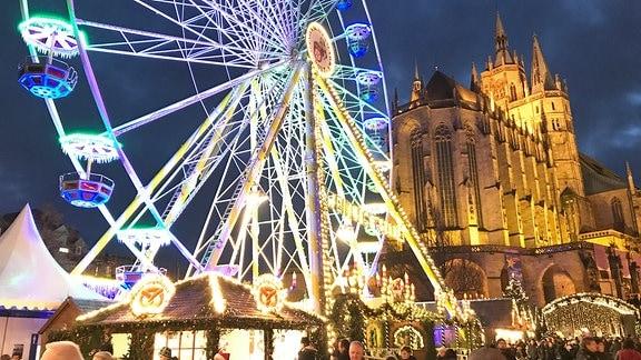 Der Erfurter Dom und ein Riesenrad sind weihnachtlich beleuchtet.