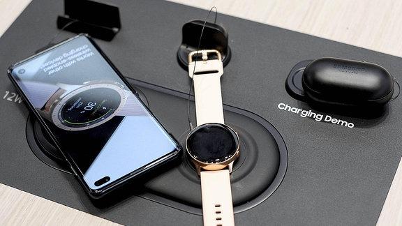 Ein Smartphone und eine Uhr.