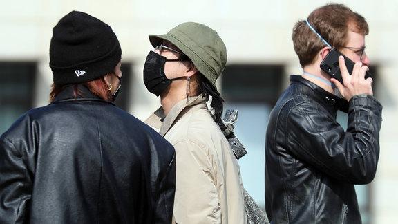 Menschen mit Mundschutz in der Stadt