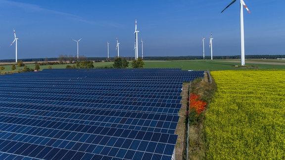 Windkraft, Photovoltaik und Biomasse auf einem Feld