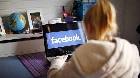Junges Mädchen nutzt Facebook