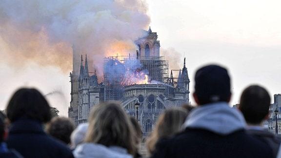 Die Kathedrale Notre Dame in Paris brennt