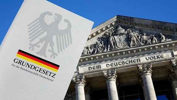 Vor dem Reichstag wird ein Grundgesetz gehalten.