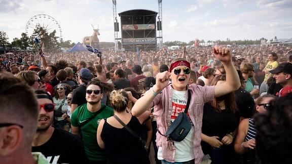 Besucher feiern 2019 zum Auftakt auf dem Highfield Festival.