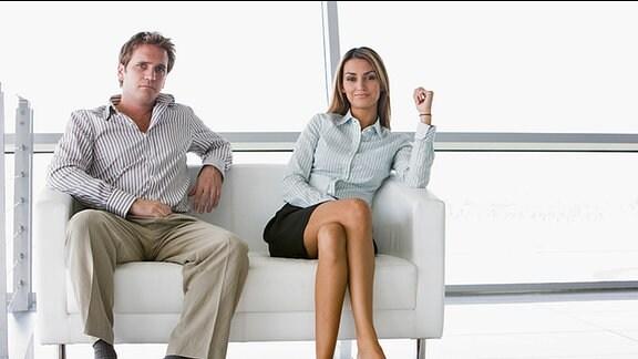 Ein Mann und eine Frau sitzen auf einem Sofa