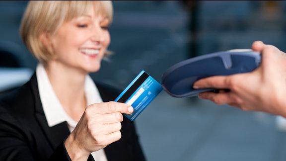 Kundin benutzt Kreditkarte zum bezahlen.