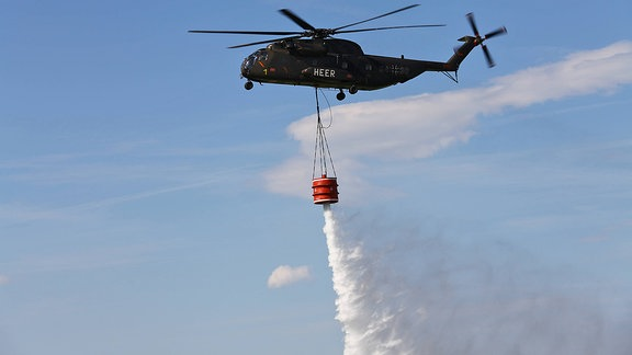 Ein CH-53 Hubschrauber mit Feuerlöschbehälter der Bundeswehr