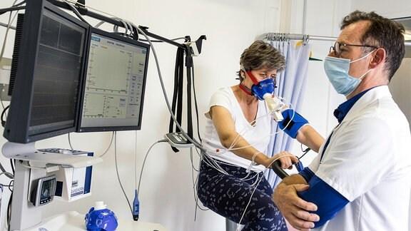 Patientin bei einer Untersuchung.