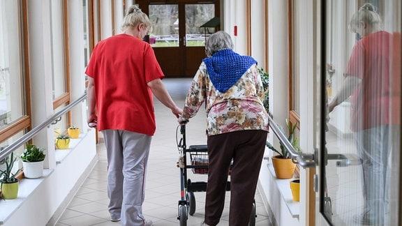 Pflegefachkraft und Bewohnerin in einem Pflegeheim