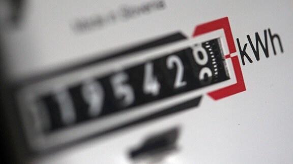 Ein Stromzähler zeigt die verbrauchten Kilowattstunden an