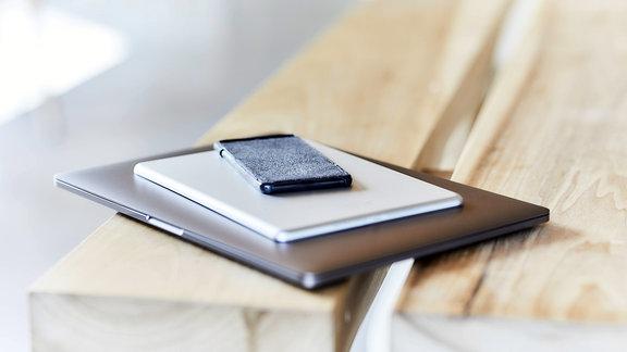 Laptop, Tablet und Smartphone übereinander gestapelt