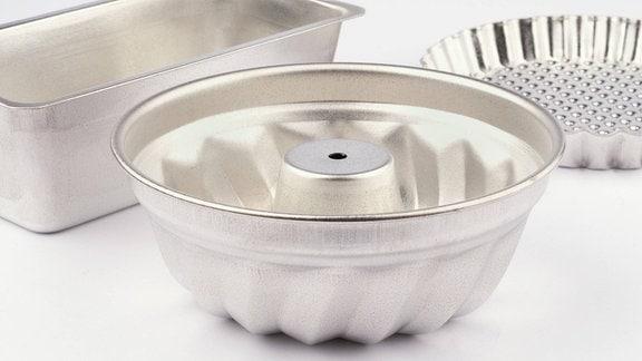 Drei verschiedene Backformen aus silbernem Blech