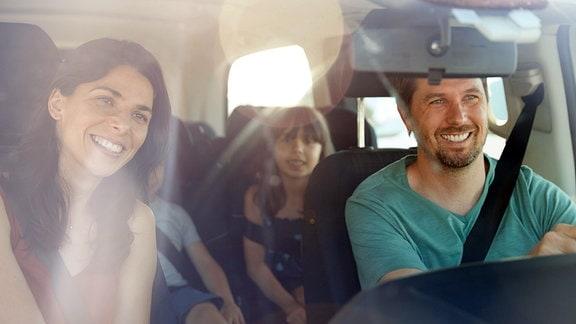 Eine Familie im Auto
