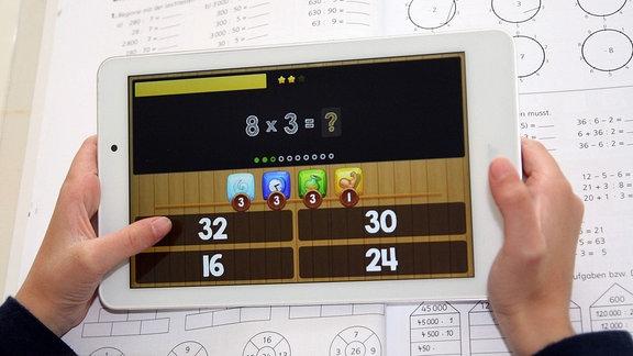 Eine Schülerin arbeitet zu Hause an ihrem Tablet mit einer Lern-App