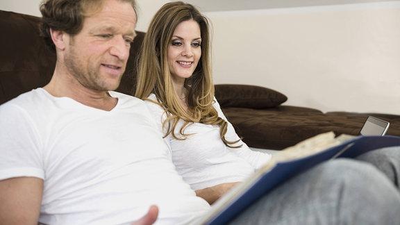 Paar mit Dokumenten in Wohnzimmer