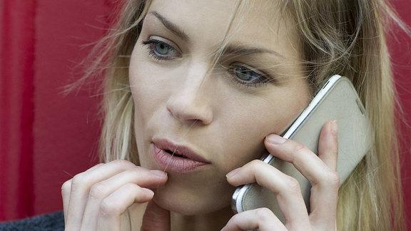 Frau telefoniert mit Smartphone