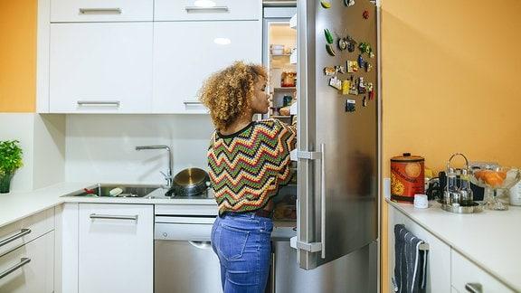 Frau am Kühlschrank