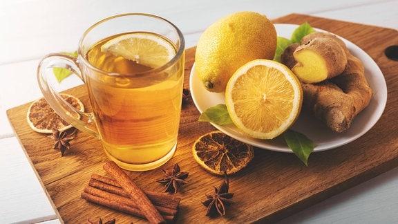 Heißer Ingwertee mit Zitrone