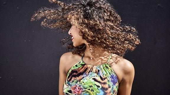 Frau mit lockigen Haaren