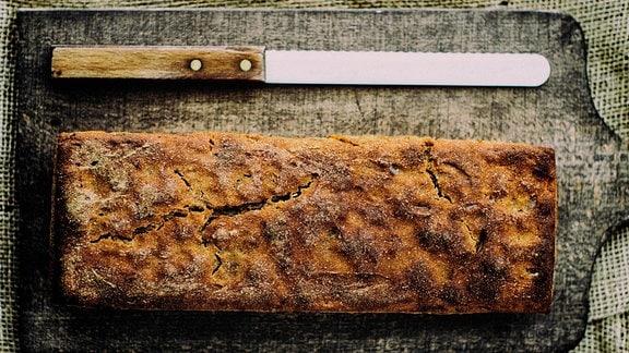 Brotmesser und Bot auf einem Brett.