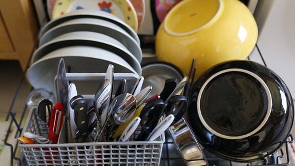 Sauberes Geschirr und Besteck in einer Geschirrspülmaschine