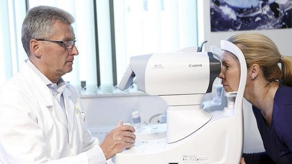 Patientin bei Augenuntersuchung durch den Augenarzt.