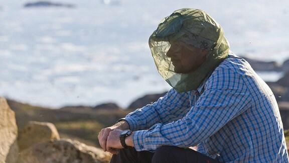 Wanderer mit Netz als Mücken-Schutz