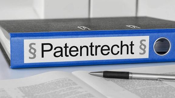 """Ordner trägt die Aufschrift """"Patentrecht"""""""