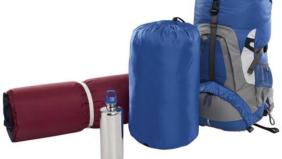 Isomatte, Schlafsack, Rucksack, Wasserflasche
