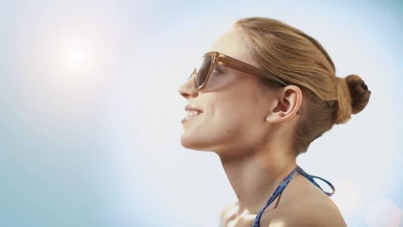 Frau trägt Sonnenbrille