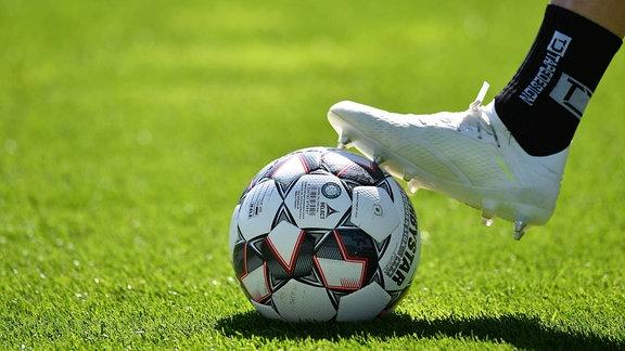 Fußballschuh auf Spielball