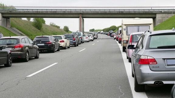 Rettungsgasse nach Unfall auf der Autobahn.