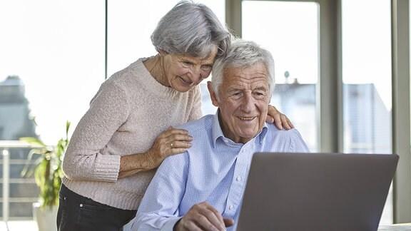 ein Rentnerpaar am Computer