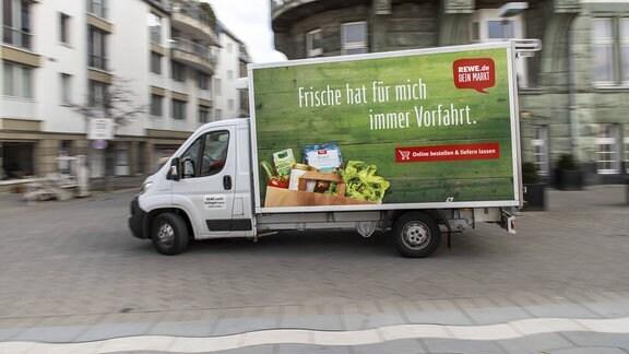 Auslieferungs Lastwagen der Lebensmittelkette REWE