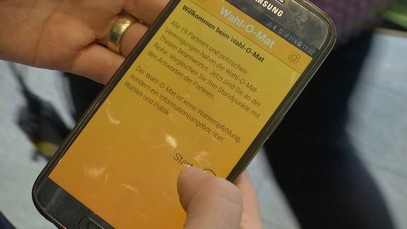 Smartphone auf dem die Startseite des Wahl-O-Mats abgebildet ist