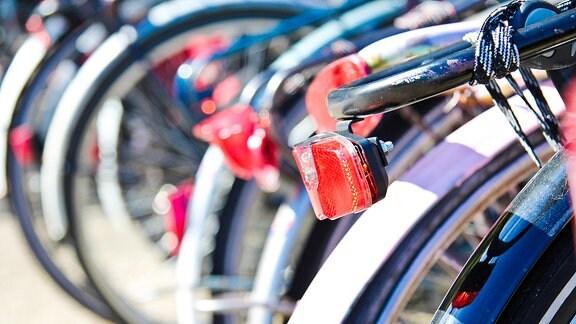 Fahrräder stehen in Reihe