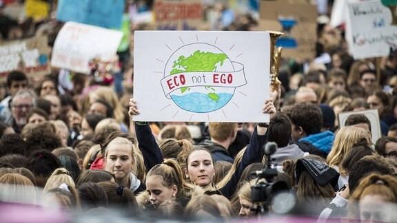 Weltweite Demonstration unter dem Motto Alle fuers Klima , initiiert der Klimaaktivisten von Fridays for Future am Brandenburger Tor in Berlin