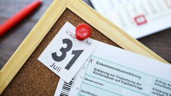 Steuererklärung mit Kalenderblatt vom 31. Juli