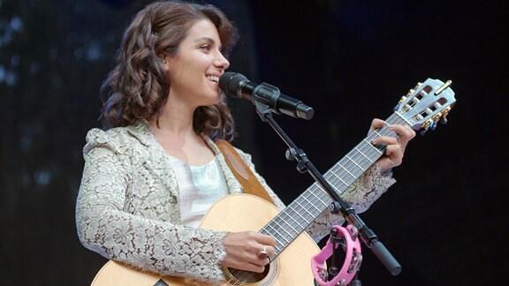 Katie Melua mit Gitarre auf der Bühne