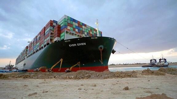 Das Containerschiff Ever Given hat sich im Suezkanal festgefahren