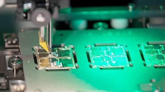 Blick in einen Verbindungsprozess (Aluminiumbonden) zwischen Elektronikträger und Halbleiter